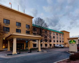 La Quinta Inn & Suites by Wyndham Milwaukee Bayshore Area - Glendale - Building
