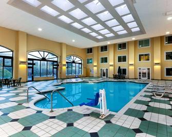 La Quinta Inn & Suites by Wyndham Milwaukee Bayshore Area - Glendale - Басейн