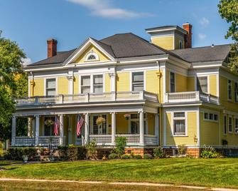 Ringling House Bed & Breakfast - Baraboo - Building