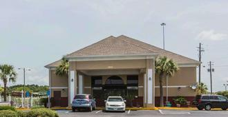 Quality Inn & Suites near Maxwell-Gunter Air Force Base - Montgomery - Building