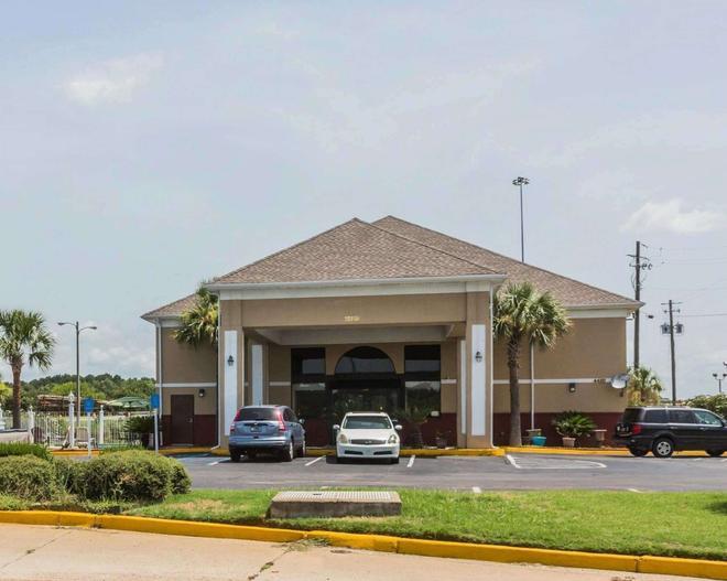 Quality Inn & Suites near Maxwell-Gunter Air Force Base - Montgomery - Building