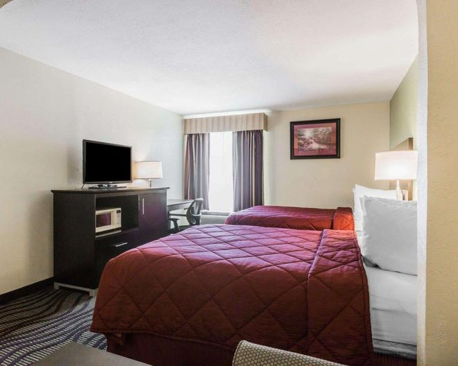 Quality Inn & Suites near Maxwell-Gunter Air Force Base - Montgomery - Bedroom