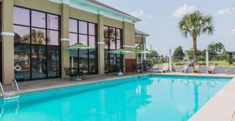Quality Inn & Suites near Maxwell-Gunter Air Force Base - Montgomery - Bể bơi