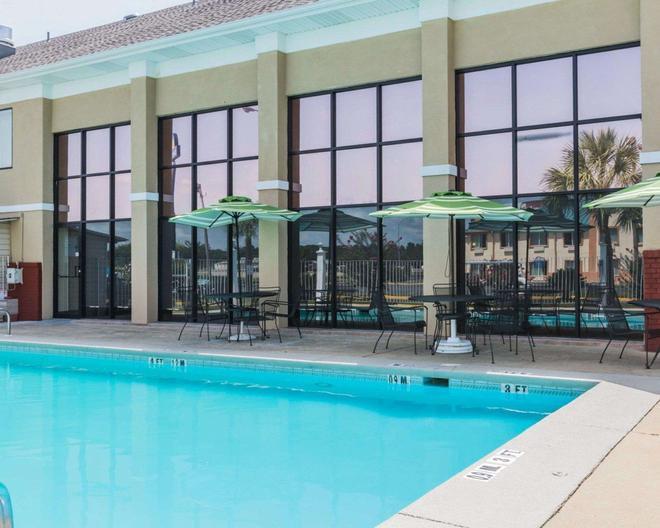 Quality Inn & Suites near Maxwell-Gunter Air Force Base - Montgomery - Pool