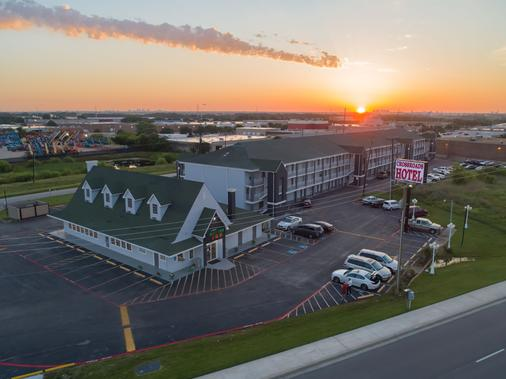 The Crossroads Hotel & Suites - Irving - Building