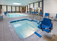Holiday Inn Hotel & Suites Cincinnati - Eastgate - Cincinnati - Piscina