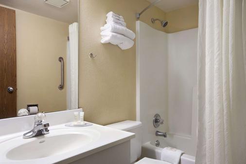 Super 8 by Wyndham Collinsville St. Louis - Collinsville - Bathroom