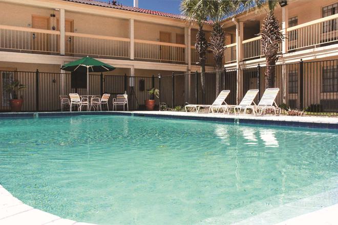 La Quinta Inn by Wyndham Lafayette North - Lafayette - Piscina