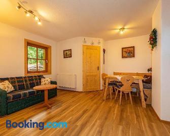 Gröbl-Alm Haus zur schönen Aussicht - Ettal - Living room