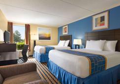 Days Inn & Suites by WyndhamFort Bragg/Cross Creek Mall - Fayetteville - Bedroom
