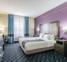La Quinta Inn & Suites by Wyndham Kansas City Airport