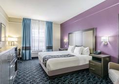 La Quinta Inn & Suites by Wyndham Kansas City Airport - Kansas City - Habitación