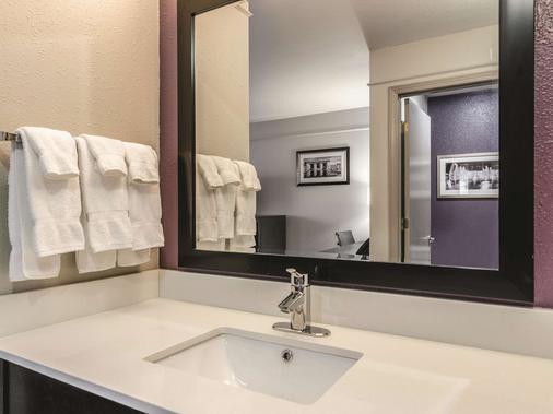 La Quinta Inn & Suites by Wyndham Kansas City Airport - Kansas City - Bad