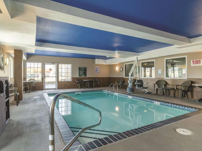 La Quinta Inn & Suites by Wyndham Kansas City Airport - Kansas City - Piscina