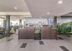 La Quinta Inn & Suites by Wyndham Kansas City Airport - Kansas City - Recepción