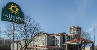 La Quinta Inn & Suites by Wyndham Kansas City Airport - Kansas City - Building