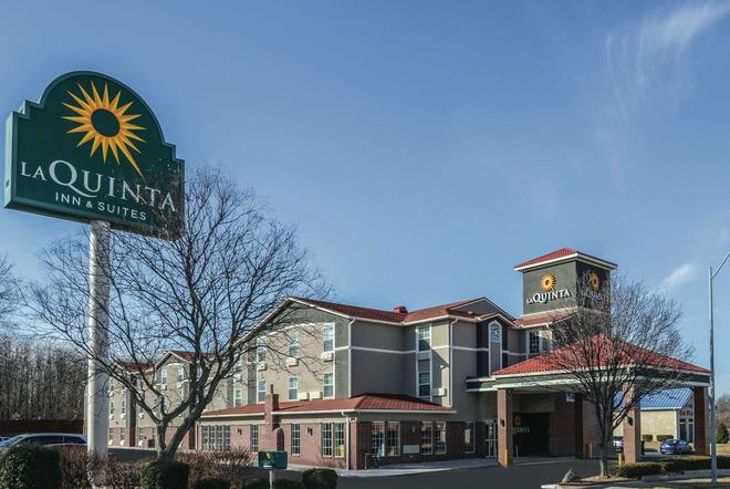 La Quinta Inn & Suites by Wyndham Kansas City Airport - Kansas City - Edificio
