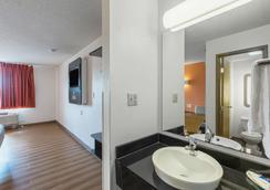 Motel 6 Omaha Central - Omaha - Bathroom