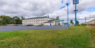 Motel 6 Lake Delton, WI - Барабу - Здание