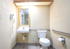Econo Lodge Hillsboro I-35 - Hillsboro - Bathroom