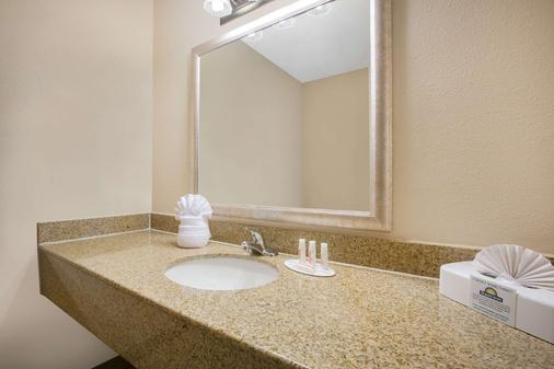 Days Inn by Wyndham Lake Havasu - Lake Havasu City - Bathroom