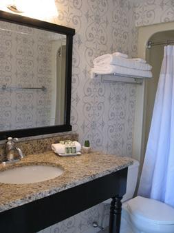 Nantucket Inn - Nantucket - Bathroom