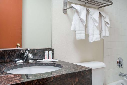 Baymont by Wyndham Eau Claire WI - Eau Claire - Phòng tắm