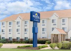 Microtel Inn & Suites by Wyndham Starkville - Starkville - Building