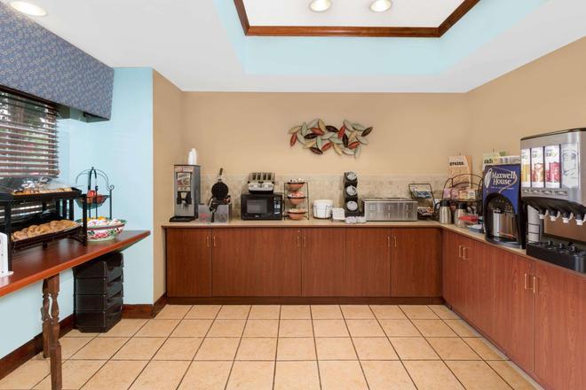 Microtel Inn & Suites by Wyndham Starkville - Starkville - Buffet