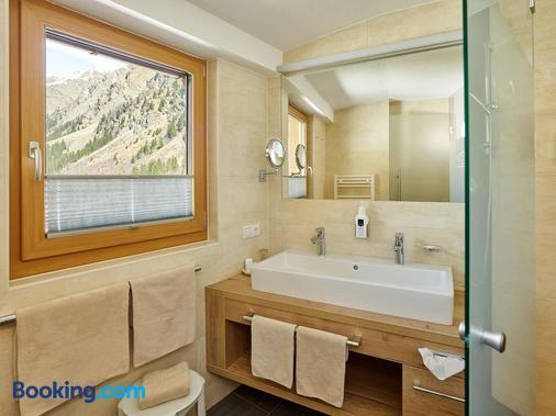 Hotel Gundolf Superior - St. Leonhard im Pitztal - Bathroom