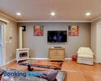 Seagate Cottage - Coos Bay - Living room