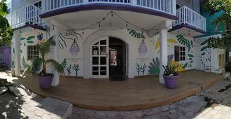 Les Trois Singes - Party And Friendly Hostel - Isla Mujeres - Edificio