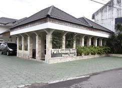 RedDoorz Plus near Adisucipto Airport 2 - Depok - Gebäude