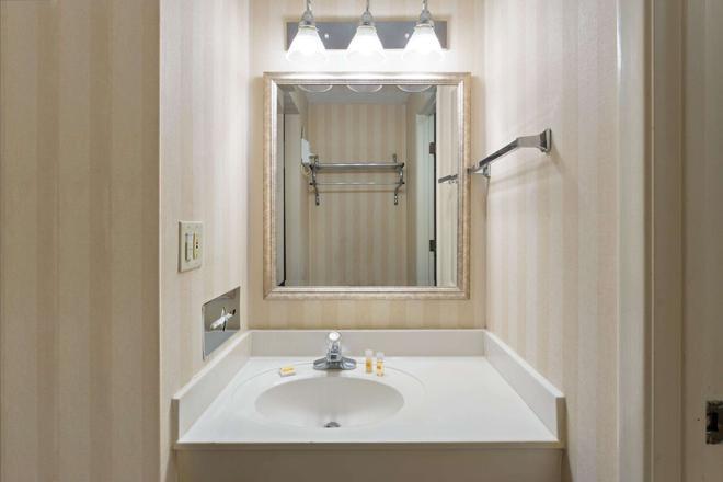 印弟安納波里斯西北戴斯套房酒店 - 印第安那波里 - 印第安納波利斯 - 浴室