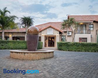 Three Oaks And an Aloe Boutique Hotel - Hartbeespoort - Building