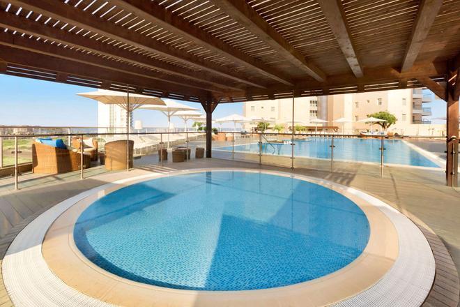 Ramada Hotel & Suites by Wyndham Netanya - Netanya - Piscina