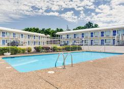 Motel 6 Fayetteville, AR - Fayetteville - Bể bơi