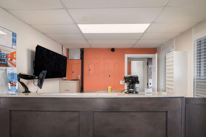 Motel 6 Fort St. John, B.C. - Fort St. John - Front desk