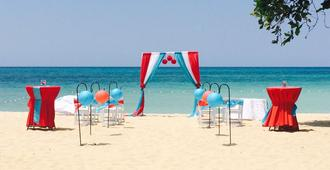 Coral Seas Beach Resort - Negril - Beach
