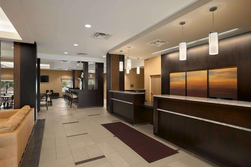 Days Inn and Suites Winnipeg Airport, Manitoba - Winnipeg - Front desk