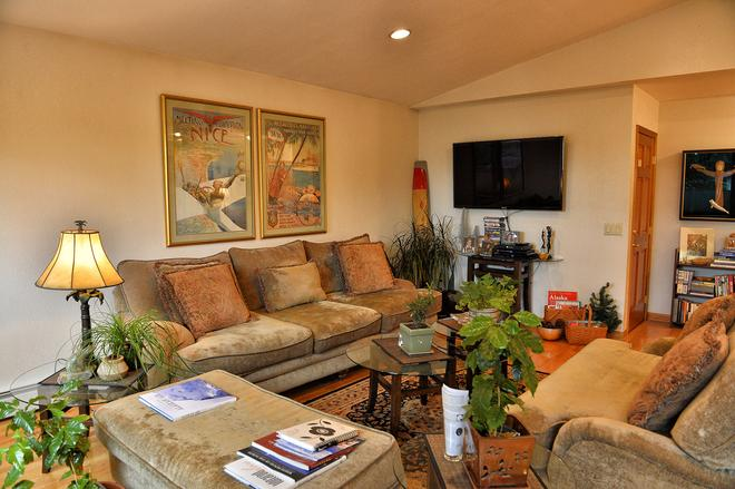 11th Avenue Bed and Breakfast - Anchorage - Living room