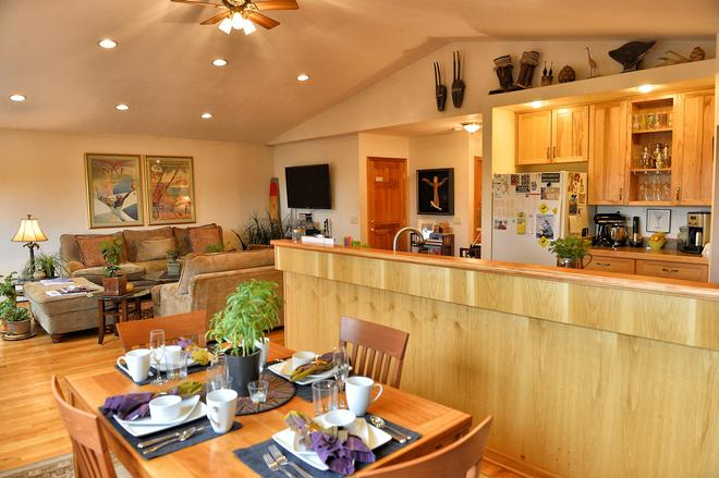 11th Avenue Bed and Breakfast - Anchorage - Dining room