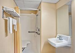 Days Inn by Wyndham Louisville Airport Fair and Expo Center - Louisville - Baño