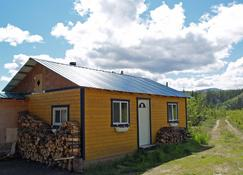 Muktuk Adventures Guest Ranch and Cabins - Whitehorse - Building