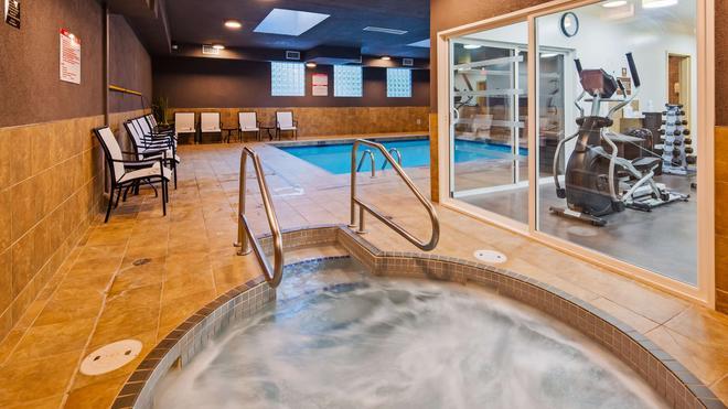 貝斯特韋斯特喬治國王套房酒店 - 索雷 - 薩里 - 游泳池