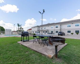 Studio 6 Bay City, TX - Bay City - Building