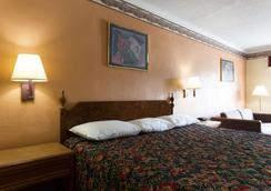 Days Inn by Wyndham Raleigh South - Raleigh - Bedroom