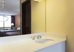 Days Inn by Wyndham Raleigh South - Raleigh - Bathroom