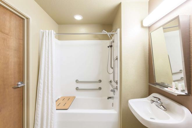 Microtel Inn & Suites by Wyndham Searcy - Searcy - Bathroom
