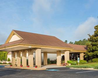 Days Inn & Conf Center by Wyndham Southern Pines Pinehurst - Southern Pines - Building